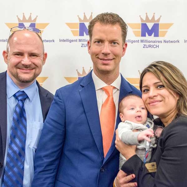 Cedric Vinclair mit seiner Frau Valeria, dem gemeinsamen Kind und Ihrem Coach JT Foxx.
