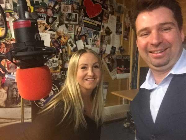 """Katharina Janowska interviewt Björn Heede in Ihrer Radioshow """"Kaja-Magazin"""" auf Radio Rheinwelle in Wiesbaden."""